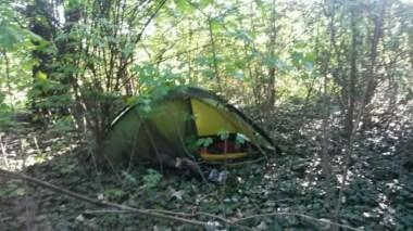 Ein Bild wie das andere; die Zeltlager inmitten der urbanen Wildnis sehe alle gleich aus. Klar, schließlich muss ich ja auch gut versteckt sein mitten in der Stadt.
