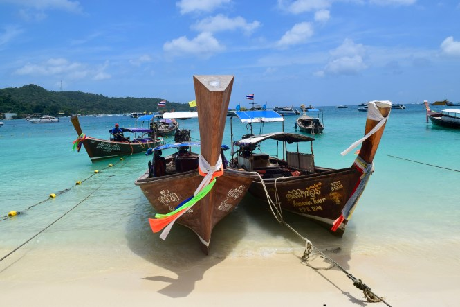 boats phi phi islands