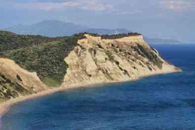 Corfu-Trail - km 05 - Die Steilküste im Süden von Korfu mit Blick auf die Berge vom Festland