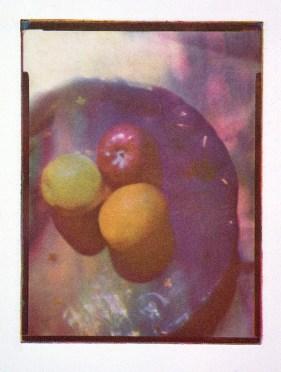 Three fruits, fotogravyr i fyrfärgstryck, 9x12 cm. ©Maria Wangi Ibohm, Maria Backström