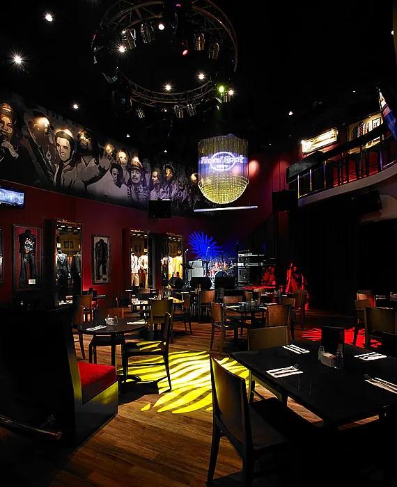 Mahu makan sambil mendengar live band? Jom singgah di Hard Rock Cafe bersebelahan dengan Hard Rock Hotel. Terdapat menu istimewa juga tau hanya di HRC Penang!