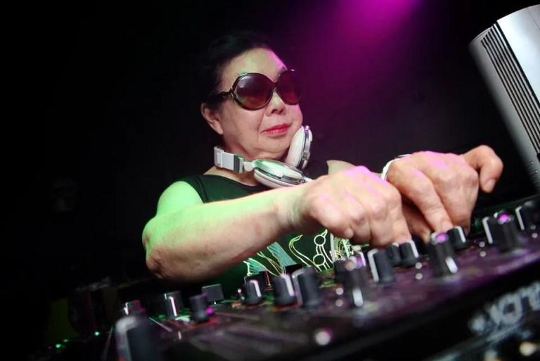 Hebat! Nenek Berusia 82 Tahun Aktif Sebagai DJ Kelab Malam