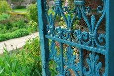 een oud hek, een oude muur, altijd poëtisch