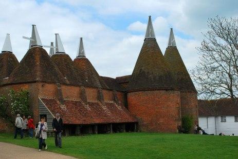 de typische Oasthouses waar de hop vroeger werd gedroogd