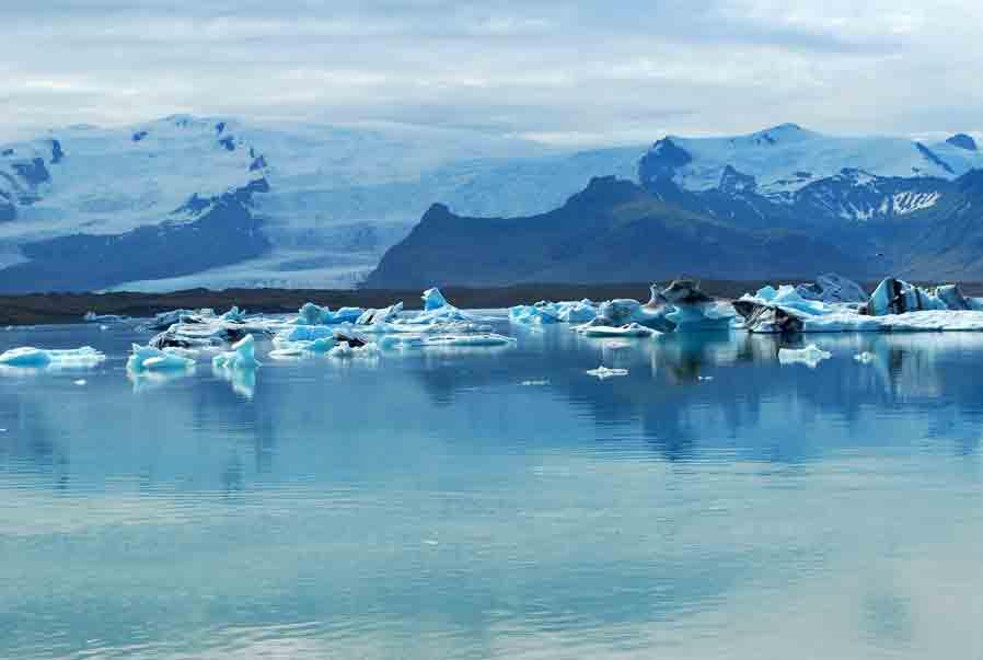 Tussen ijsbergen varen op een gletsjermeer (IJsland)