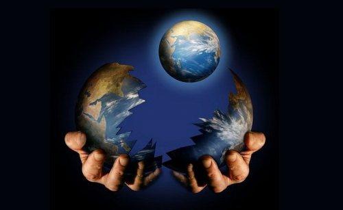 De nieuwe Aarde verschijnt uit de metamorphose-cocon van de oude Aarde.