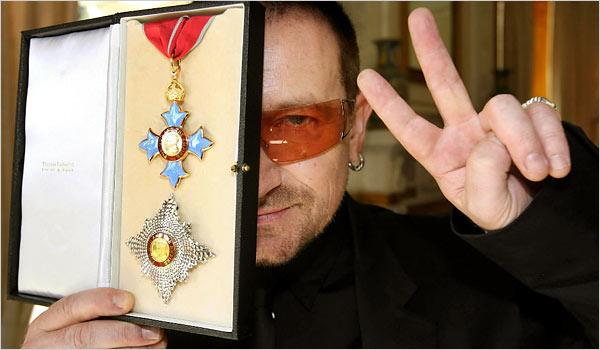 Tja, als Queen Elisabeth II je riddeert, kun je je netjes achter je ridder-onderscheiding verschuilen.. Ook letterlijk..