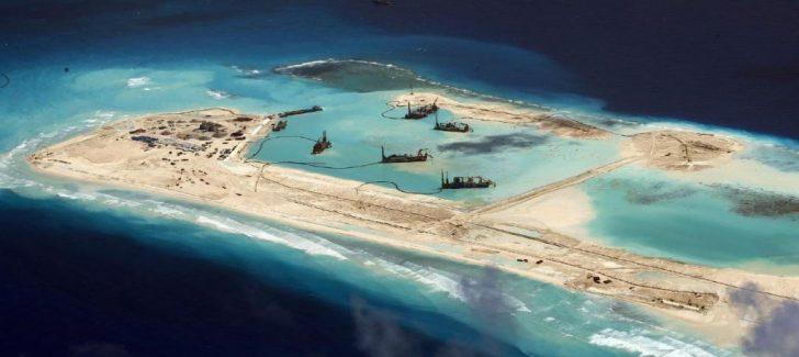 De manier waarop China land opspuit en een volledige militaire basis creëert. Een reeks van eilanden die moet voorkomen dat de VS-strop die rond China ligt, wordt aangetrokken...