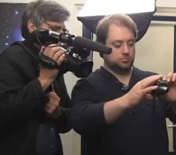 Documentairemaker Dan Drasin aan het werk met Robbert van den Broeke in het kader van het onderzoek naar en de documentaire over leven na de dood: 'Calling Earth'. (klik voor een artikel hierover op de illustratie)