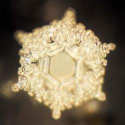 Het ijskristal van  Emoto waarin de gedachte is 'vastgelegd': 'Liefde en dankbaarheid'..!
