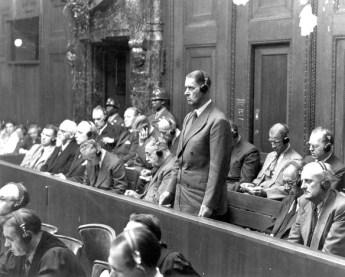 Fritz ter Meer in het beklaagdenbankje, tijdens de Neurberg-processen van 1948