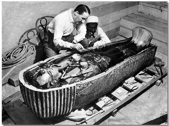 Howard Carter en een van zijn andere expeditieleden, bij de geopende tombe van Tut Ankh Amon.