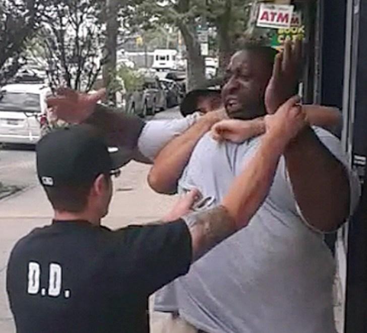 Het moment waarop Eric Garner, een reus van een kerel, maar volledig ongewapend en met zijn handen in de lucht, in een wurggreep genomen wordt. Even later wordt hij door 5 politiemannen tegen de grond gewerkt. Behalve zijn doodskreet 'I can't breathe', is er op de video geen politieman te horen, die bijv. roept, dat het genoeg is, wanneer deze man uitgeput op de grond ligt. Even later is Eric Garner dood, gewurgd.