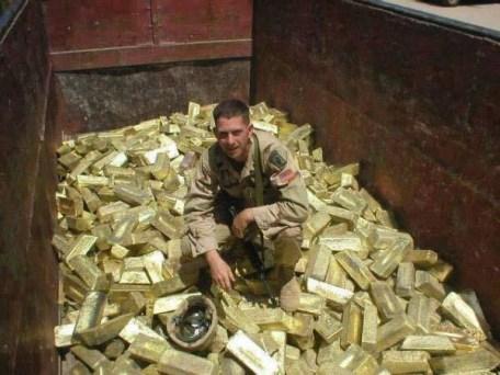 Amerikaanse soldaten halen de 'hoofdprijs' binnen, na de invasie van Irak: het goud van de Irakese Centrale Bank.. Iets over gelezen in de MSM? Beseffen die niet dat het hier over meer dan 1 Triljoen US$ ging..?? (klik voor artikel)