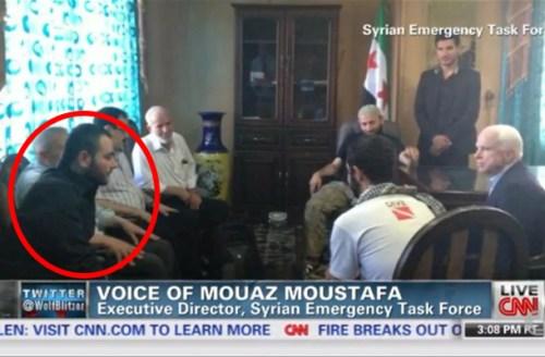 John McCain in zijn eerste gesprekken met de latere ISIS-clan. Omcirkelt is de latere leider van ISIS, de voormalige MOSSAD-agent Elliot Shimon.. Of beter bekend onder zijn Arabische schuilnaam Al Baghdadi...!!