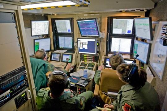 De 'cockpit' van een van de drones.. Niet in het vliegtuigje, maar aan de andere kant van de wereld, waarbij legersatellieten de communicatie verzorgen. Deze militairen zitten 'veilig' op een basis in Nevada in de VS, in tegenstelling tot de burgerslachtoffers die zij met hun high-tech-wapens maken..