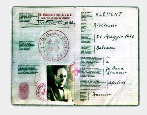 Dit is het valse paspoort van Hitler's plaatsvervanger, Adolf Eichman.