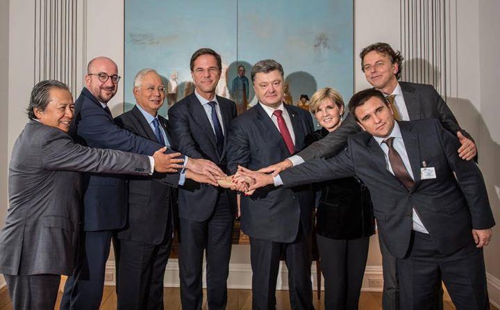 Mark Rutte met de leiders van Maleisië, Australië, Oekraïne en België. Minister van Buitenlandse Zaken Bert Koenders is ook blij dat de Onderste Steen nu Boven is.. Hij weet het zeker, want ook hij wil Poroshenko's onschuld betuigen, door-zelfs-te-buigen..!