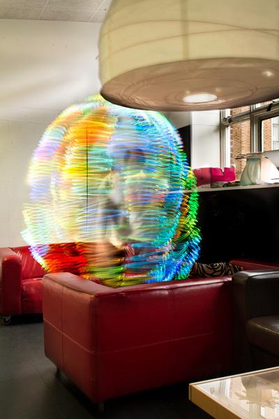 Sinds kort is het mogelijk , met speciale foto-apparatuur, WiFi-straling en andere elektro-magnetische straling in beeld te brengen. Het ziet er allemaal uit alsof je in de slingers zit, als feestvarken, maar waarschijnlijk zit je als proefkonijn mee te doen in een wereldwijd experiment..!!