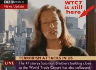 Een foto uit de beruchte verslaggeving van BBC-reporter die meldt dat WTC-gebouw no. 7 'nu ook is ingestort', terwijl het gebouw achter haar nog te zien is.. Zo'n 10 minuten ná haar verslaggeving, die kort ná haar  intro werd onderbroken door een 'storing in de verbinding', bleek gebouw WTC#7 plotseling, kennelijk zonder enige aanleiding, in te storten.!