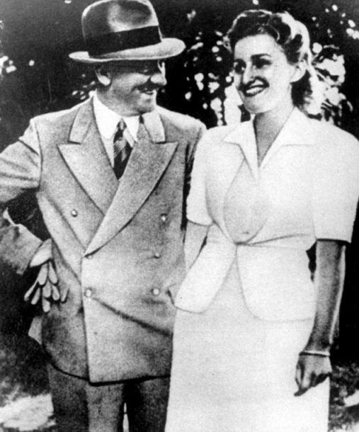 De Führer, Adolf Hitler, met zijn partner Eva Braun op een ontspannen manier op de foto..