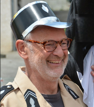 Albert de Louw, hier in het uniform van een Franse gendarme, is kennelijk al uitgedost voor het Spiegelbeeld-feestje..!