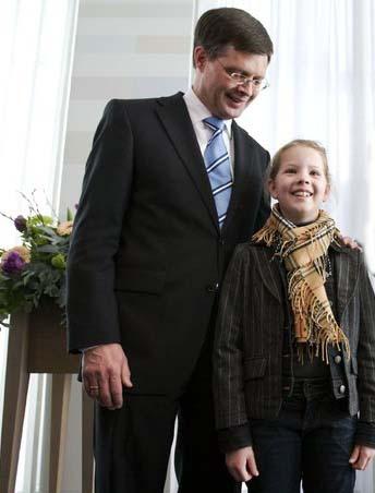 Jan Peter Balkenende als een gewoon mens, met zijn dochter. Moet hij voor ons iemand anders zijn..? Zeker niet! Zeker niet waar het volksgezondheid betreft!