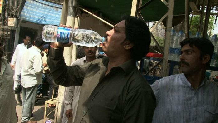 De natte droom van Nestlé: iedere wereldburger die uit HUN fles drinkt, in plaats van uit de kraan/bron..