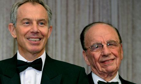 Het uitgestreken gezicht van Tony Blair blijkt steeds meer scrupuleuze zaken te verbergen.  Hier op de foto met zijn grote vriend, media-magnaat en nieuwsmanipulator Rupert Murdoch.