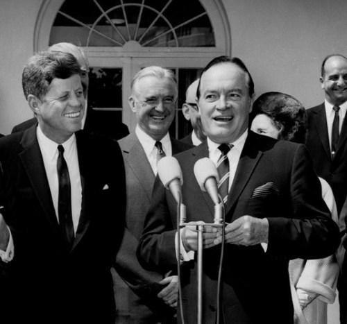 Zou John Kennedy geweten hebben in welke dubbelrol Bob Hope zijn grappen en grollen maakte, dan had het huilen hem waarschijnlijk nader gestaan dan het lachen..!