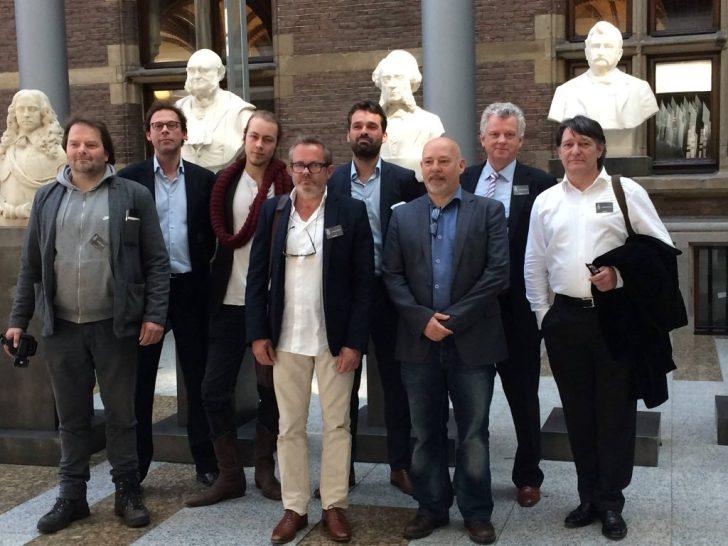 De leden van het samenwerkingsverband 'Ons Geld' tijdens het bezoek aan de Tweede Kamer in juli 2015, waar de handtekeningen werden aangeboden.