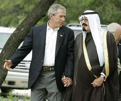 26 April 2005: George Bush jr loopt hand-in-hand met koning Abdullah van Saoedi Arabië. 18 Van de 19 kapers waren uit het land van Abdullah afkomstig.