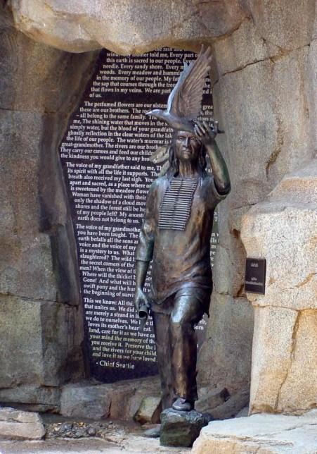 Het standbeeld ter ere van Seattle, met achter hem de woorden van zijn beroemde toespraak.