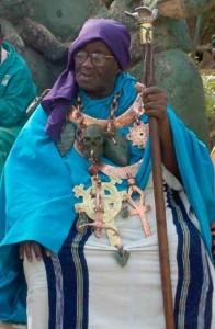 Credo Mutwa, een man in vrouwenkleren..