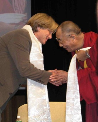 Dachener Keltner met de Dalai Lama, die zijn boek in een ander perspectief plaatste.