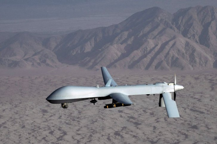 Een drone, in dit geval een 'Predator' vliegt op enorme hoogte, bijna niet zichtbaar voor het menselijk oog. Uitgerust met uiterst kostbare high-tech, is dit vliegtuig in staat om objecten ter grootte van een golfbal op de grond waar te nemen. Zwaar bewapend met precisie-wapens, is dit vliegtuig in staat zijn verwoestende werk te doen.