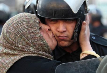 egypte soldaat gekust door vrouw