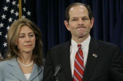 Een verslagen Eliot Spitzer tijdens de persconferentie waarin hij zijn aftreden als procureur generaal van de Staat New York bekend maakte.
