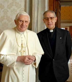 De generaal-overste van de jezuïeten, Adolfo Nicolás, met de paus. Of de witte en zwarte paus..