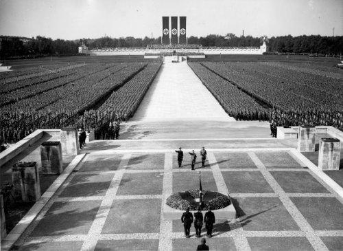 Hoe vergelijkbaar zijn de ontwikkelingen van fascisme in het Duitsland van de jaren 1930 met de huidige 'onderdrukking' van vrijheden, bijv. in de VS..?
