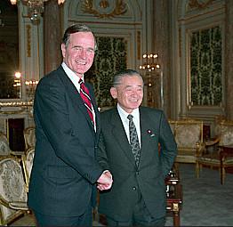 1989, George H.W. Bush is bezig met een reis door Azië, waarbij  met name Japan werd aangedaan.