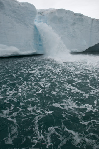 Een nieuw fenomeen veroorzaakt door global warming: de gletsjerwaterval.