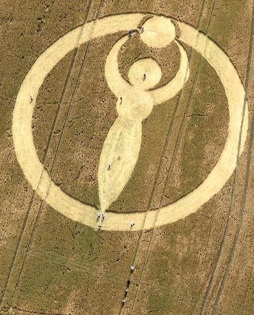 27 juli bij Alton Barnes (Devizes - Wiltshire) een graancirkelformatie verschijnt die op 'De Grote Moeder' betrekking heeft.