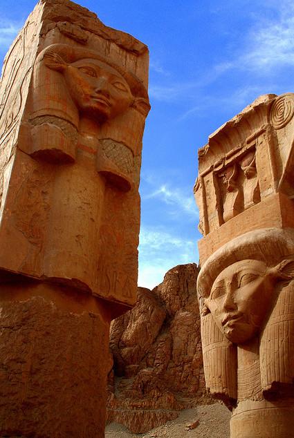 De Hathor-tempel in Egypte. De Hathors vertegenwoordigen de Shekinah, de vrouwelijke kracht die dualiteit naar harmonieuze Eenheid voert, de fragmenten van het Zelf bijeen brengt.