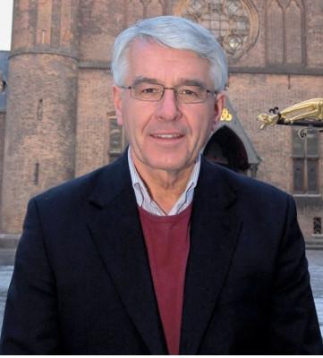 Huisarts Hans van der Linden laat zich niet ringeloren; hij komt op tegen de schandalige invloed van Big Pharma op beslissingen van de gezondheidsraad..