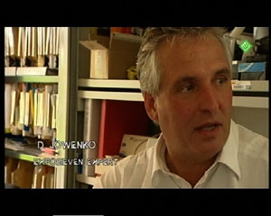 De Nederlandse explosievenexpert Danny Jowenko kan zijn oren niet geloven, wanneer de verslaggever hem vertelt dat het WTC-gebouw no.7 in één dag ondermijnd had moeten zijn om aan de officiële versie van 9/11 te voldoen!