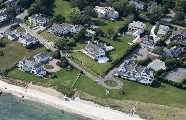 Het stuk grond waar de Kennedy's hun 'compound' hebben. Een klein dorp dus, in de buurt van Cape Cod, Florida.