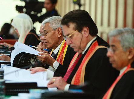 Enkele rechters uit het oorlogstribunaal dat in Kuala Lumpur, de hoofdstad van Maleisië, George Bush en vooraanstaande leden van zijn regering, VEROORDEELDE voor oorlogsmisdaden in Irak en Guantanamo Bay.