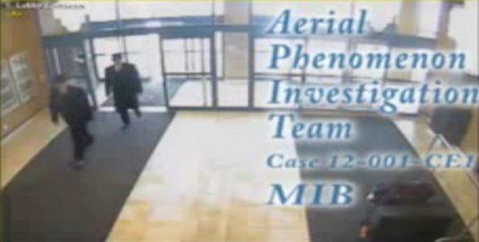 Een opname van 2 'men-in-black', uit een verslag van een UFO-waarnemer.. (klik voor youtube)