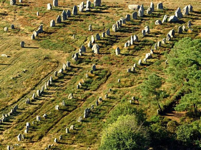 De stenen weg van Carnac in zuid-Bretagne. Eén van de vele mysterieuze bouwsels, die overigens ook in 'Groot-bretagne' te zien zijn. Uit een tijd, dat Engeland en het Europees continent nog verbonden waren..?